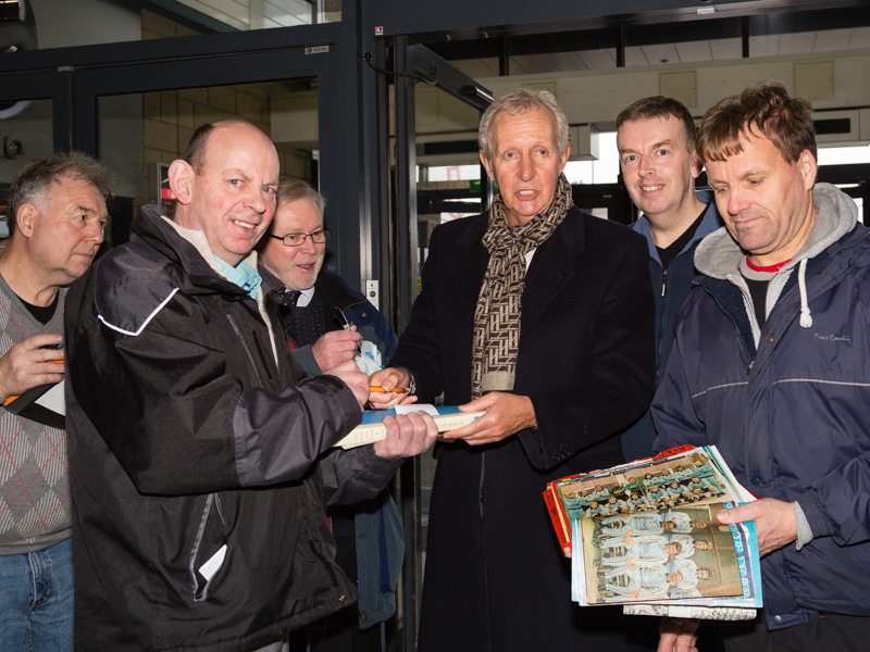 Chris Cattlin mobbed by autograph hunters on arrival